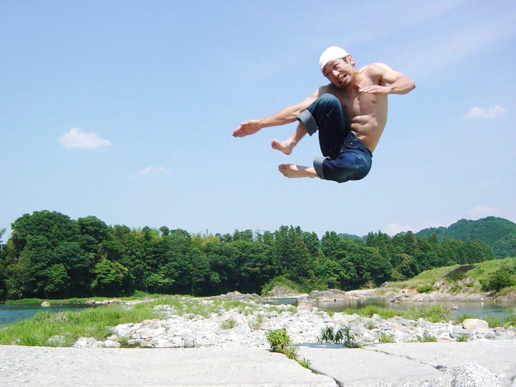 川をバックに飛び蹴り1