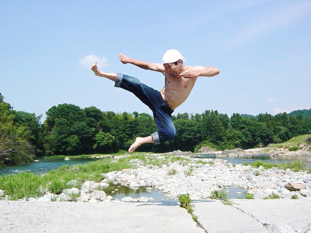 川をバックに飛び蹴り2