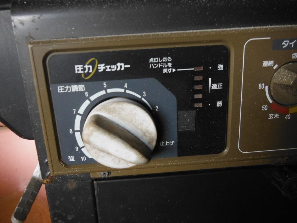 循環式精米機の圧をゼロにしてヌカを飛ばす。