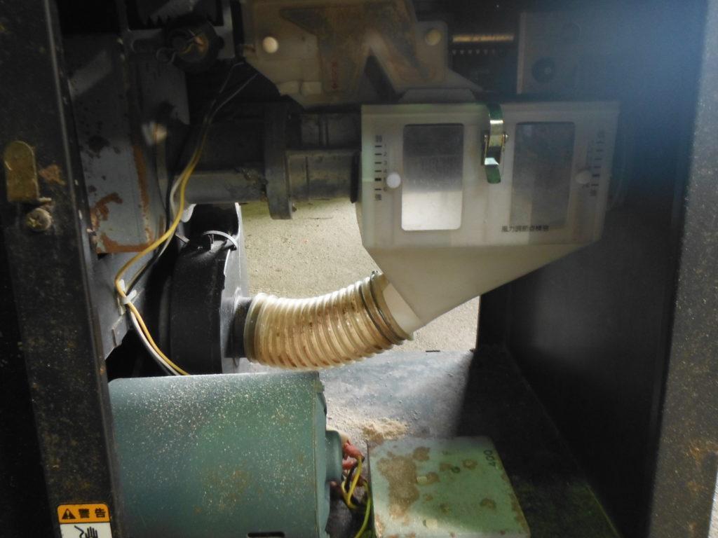 循環式精米機の掃除。