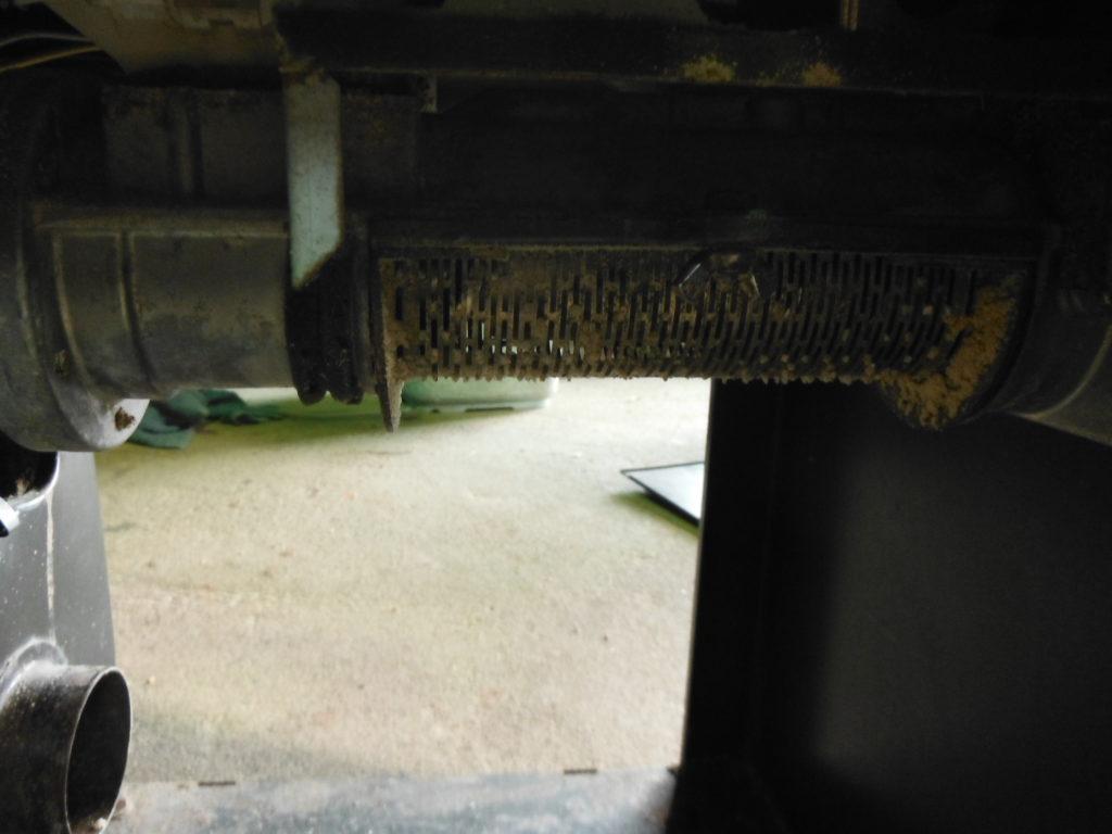 循環式精米機の下を開けて掃除する。