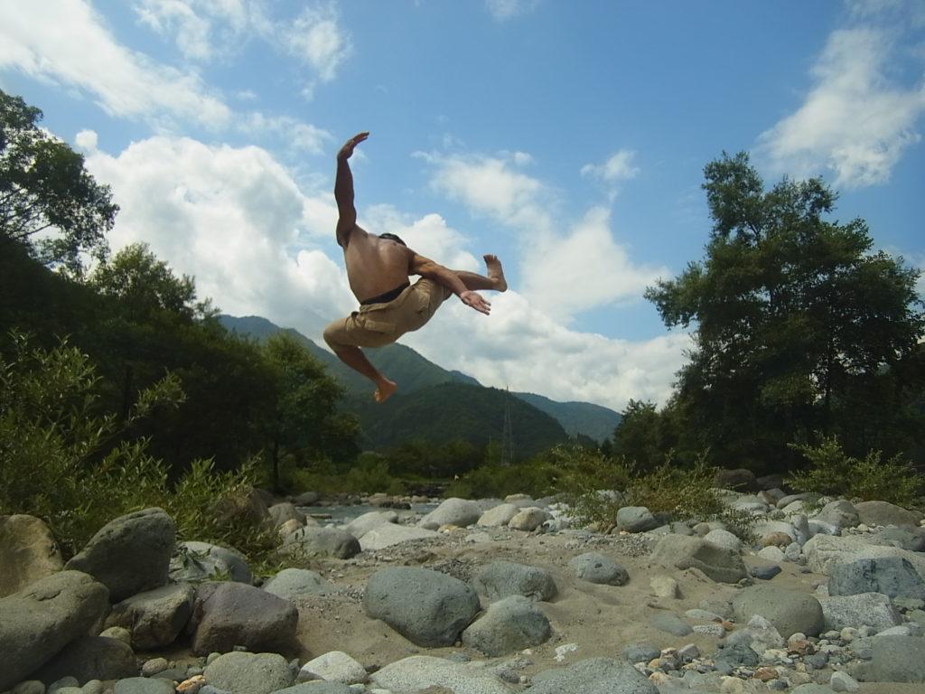 河原で、飛び蹴り