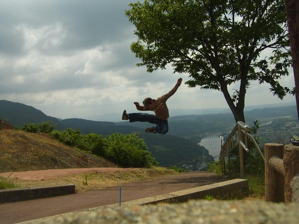 山の上の公園で、飛び蹴り