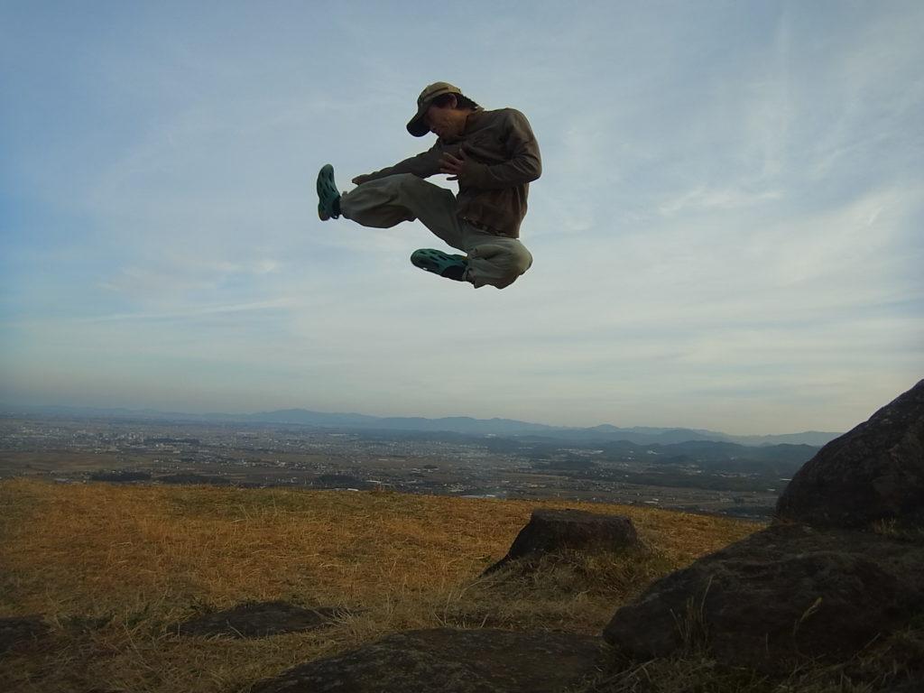 山頂で飛び蹴り
