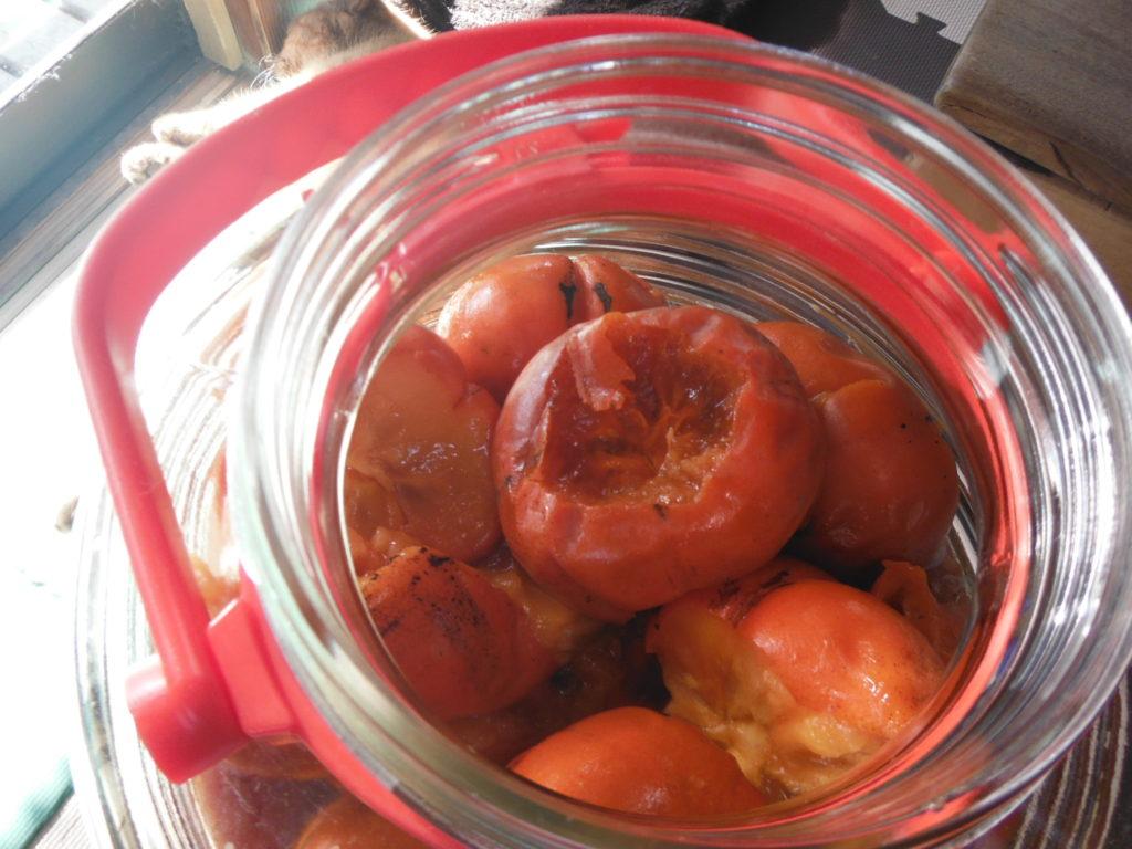 ビンにヘタをとった柿を詰め込んでいく。