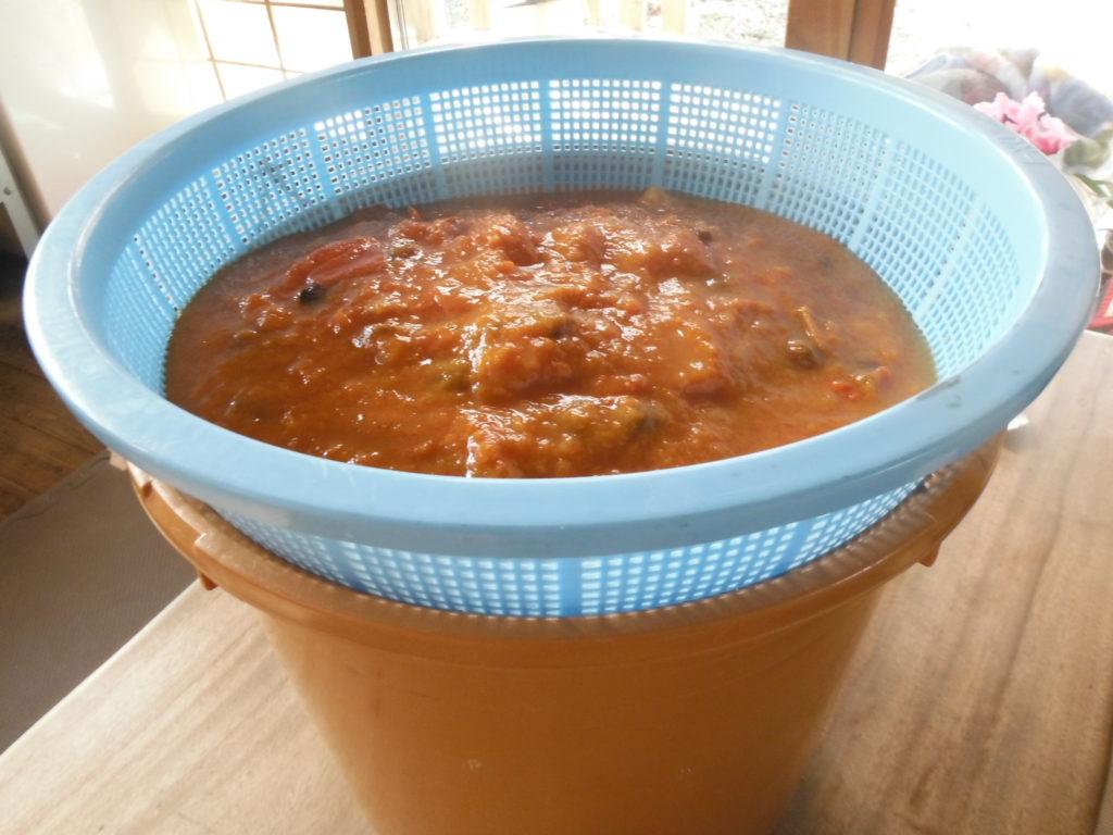 柿酢をザルで濾す。
