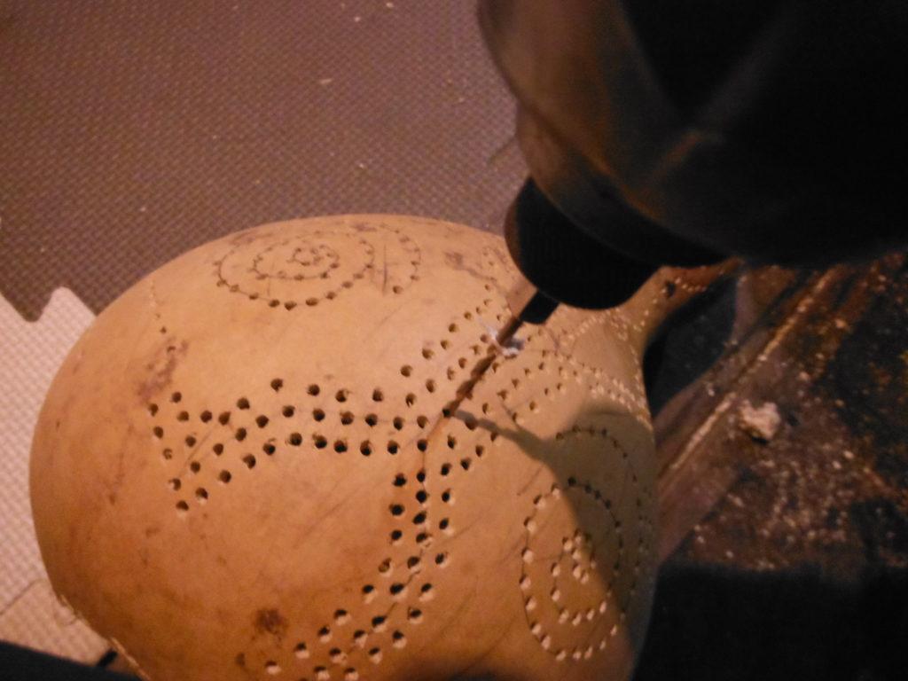 ヒョウタンにインパクトドリルで穴を空ける。
