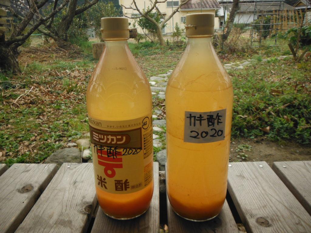 2本のビンに詰められた柿酢に澱が少し溜まっている。