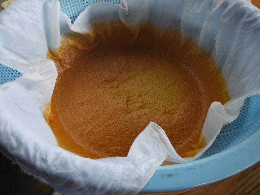 さらしに残った柿酢の澱。