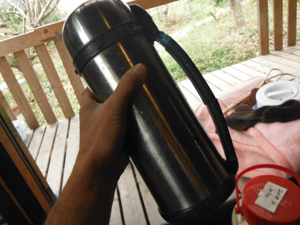 左手に持った1,8Lの水筒。