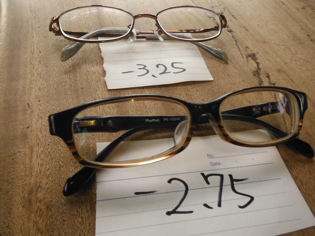 度数-3,25とー2,75の2つのメガネが並ぶ。