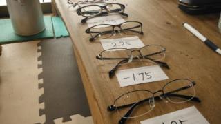 たくさんの土が違うメガネが並ぶ。