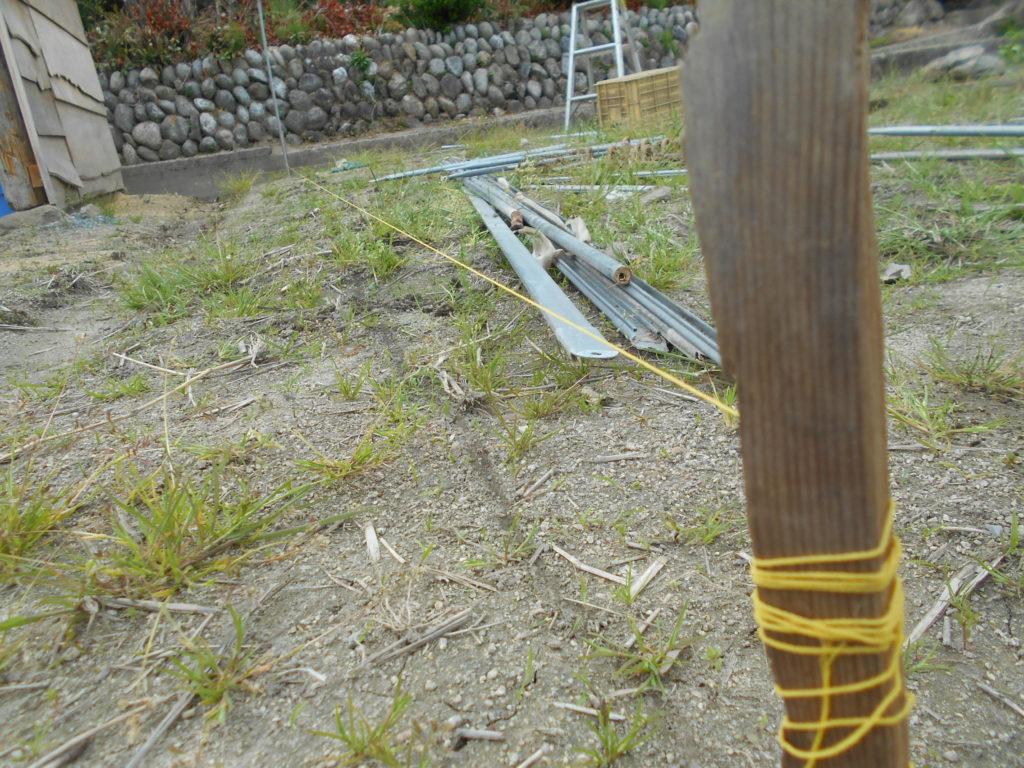 地面に刺した棒に水糸が張ってある。、