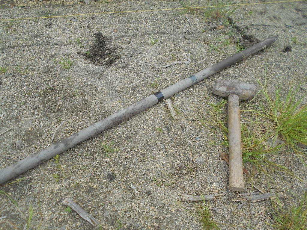 長さ1mくらいの鉄の杭と大きめのハンマー。