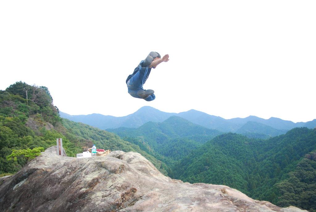 山をバックに飛び蹴り1