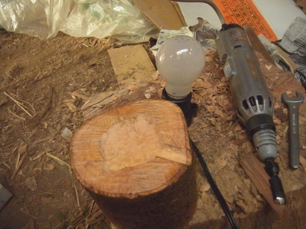 丸太の上を電動彫刻刀で削る。
