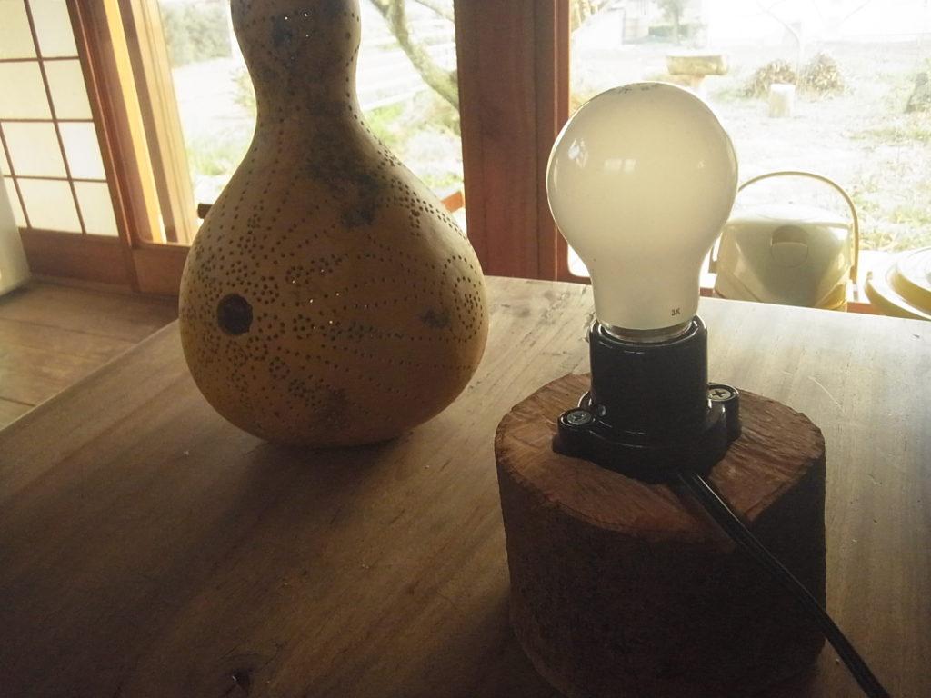 台に、電球をセットする。