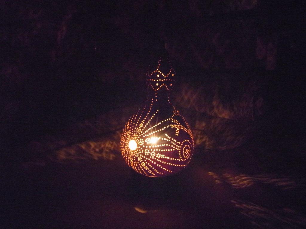 夜に、魅惑のヒョウタンランプを点灯。