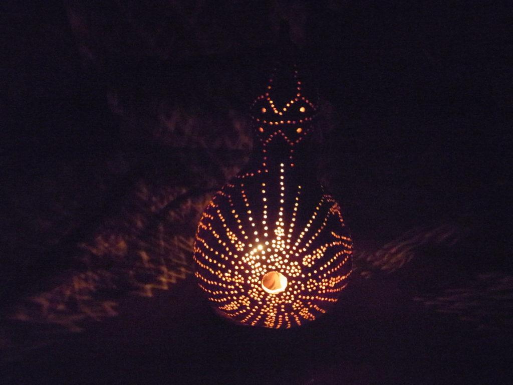 夜に、太陽柄のヒョウタンランプ点灯。