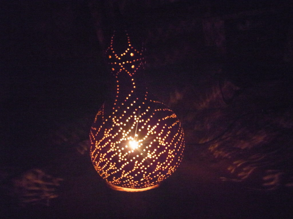 夜に、雨風模様のヒョウタンランプ点灯。