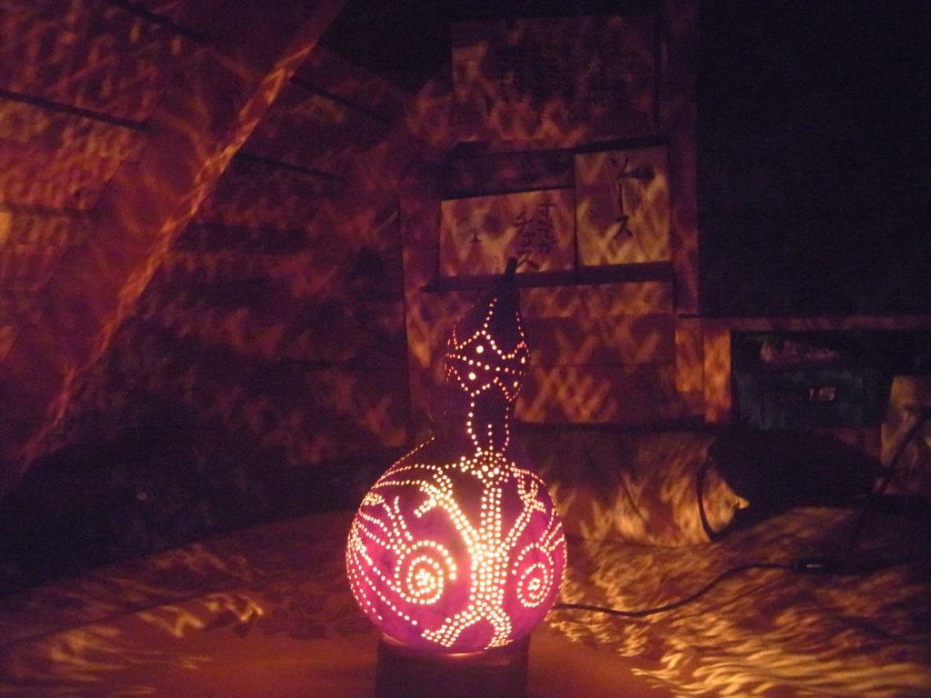 夜に、ヒョウタンランプ人の柄を点灯させる。
