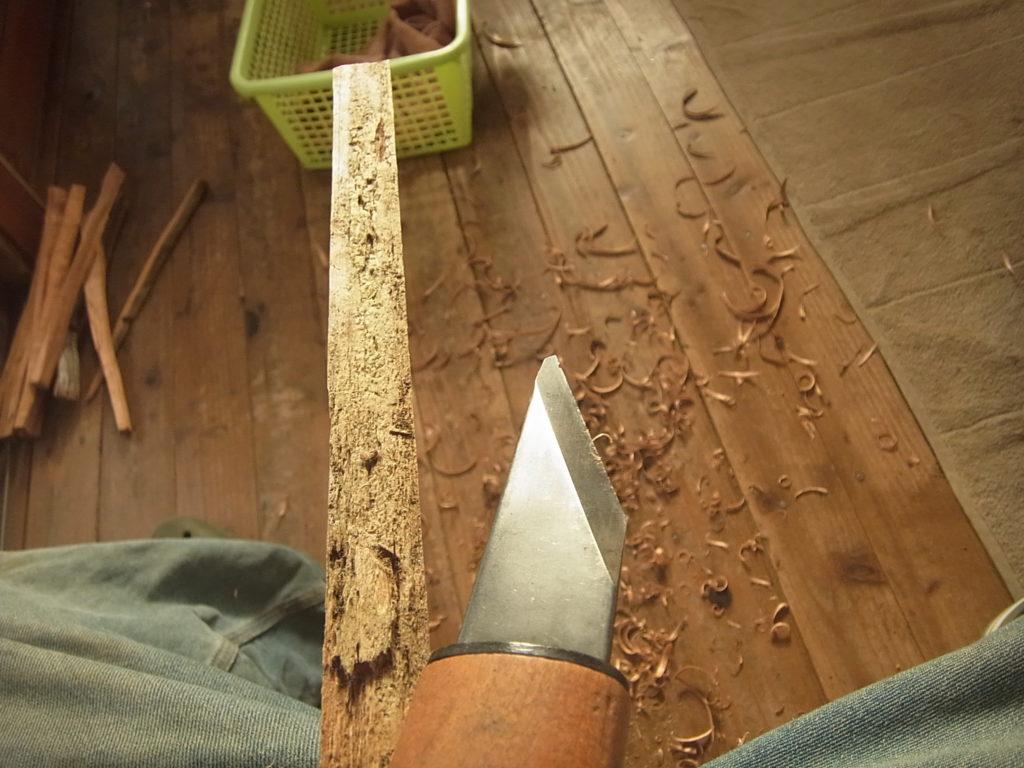 細長い木と小刀。