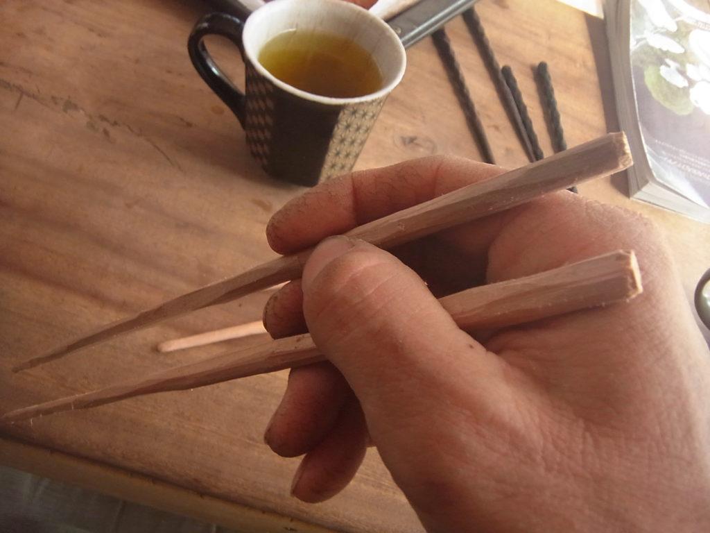右手で、自作の箸をつかむ。