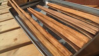 トレーの上に自作の木製お箸4セット。