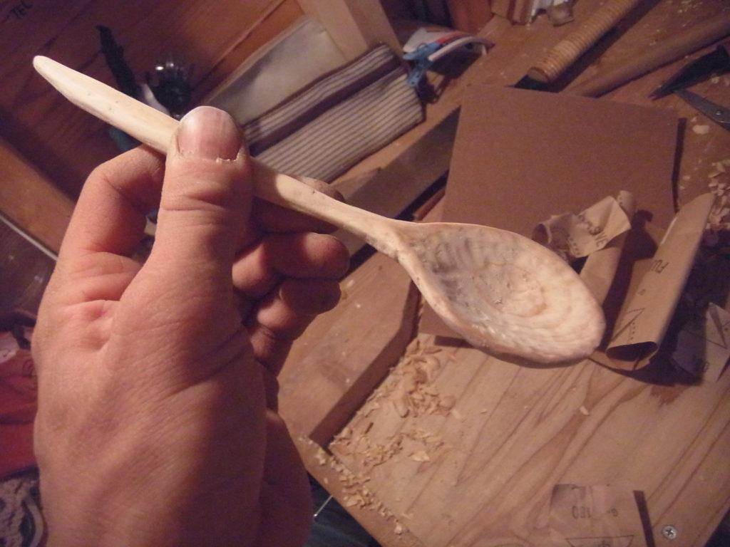 小刀で削った木製スプーンを左手で持つ。