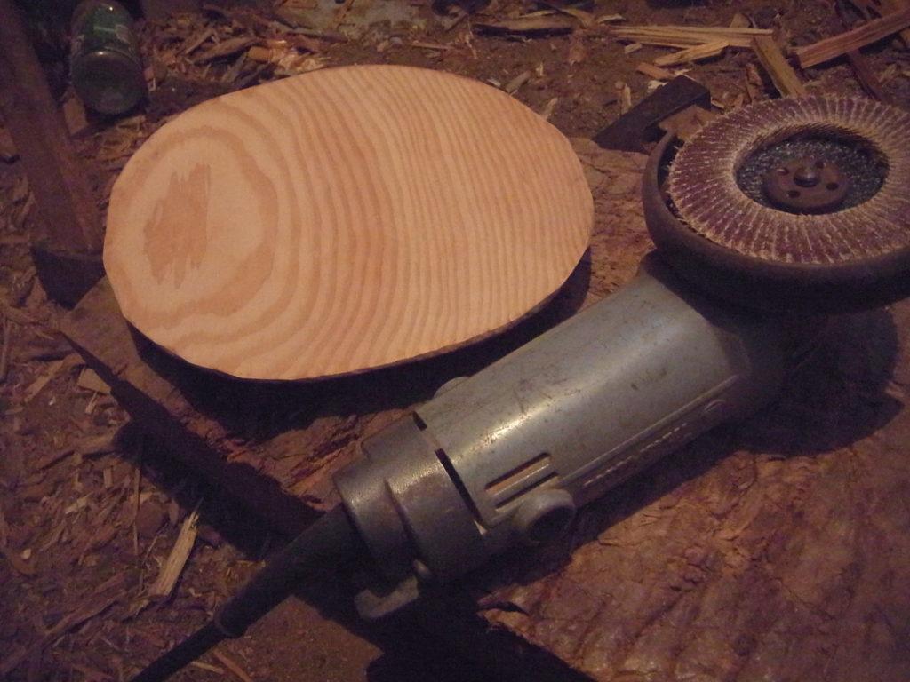 自家製木製皿とサンドペーパーをセットしたディスクグラインダー。