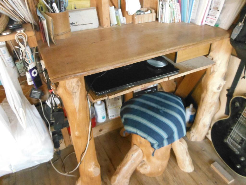 木製のデスクにパソコン置きを作る。