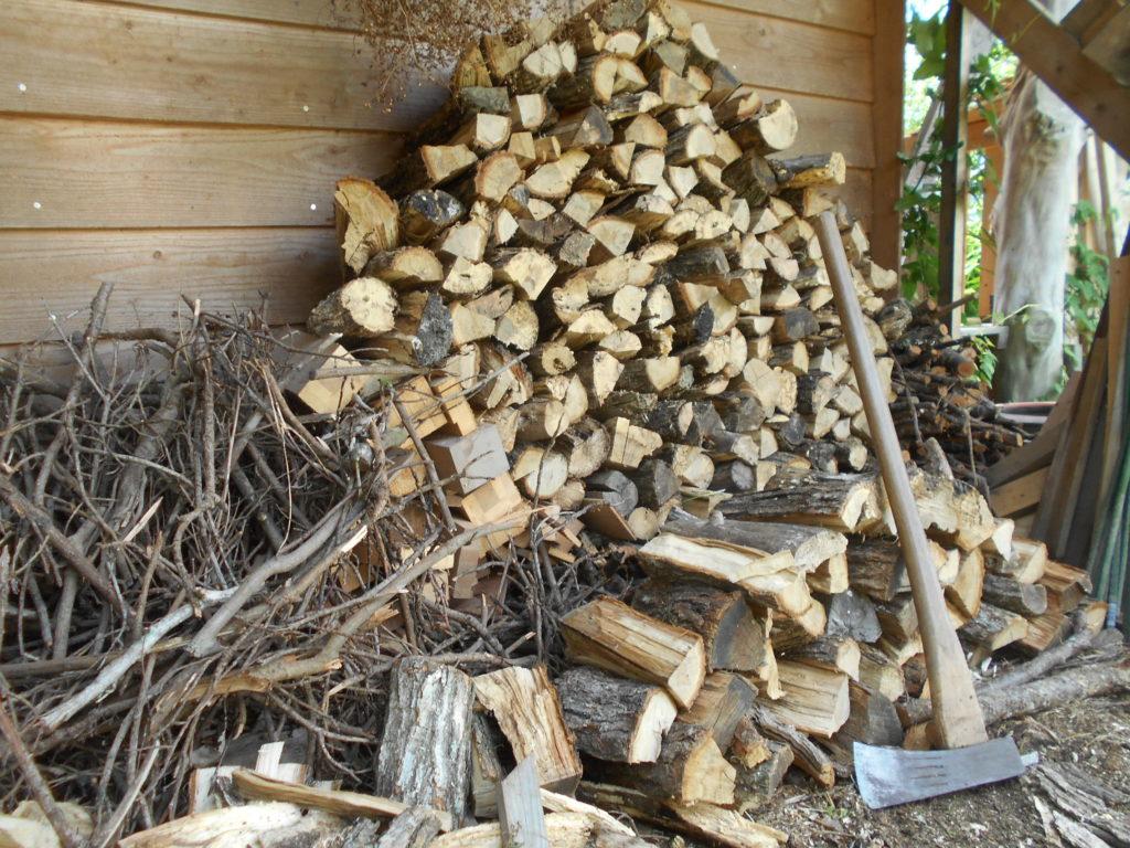薪がたくさん積まれている。
