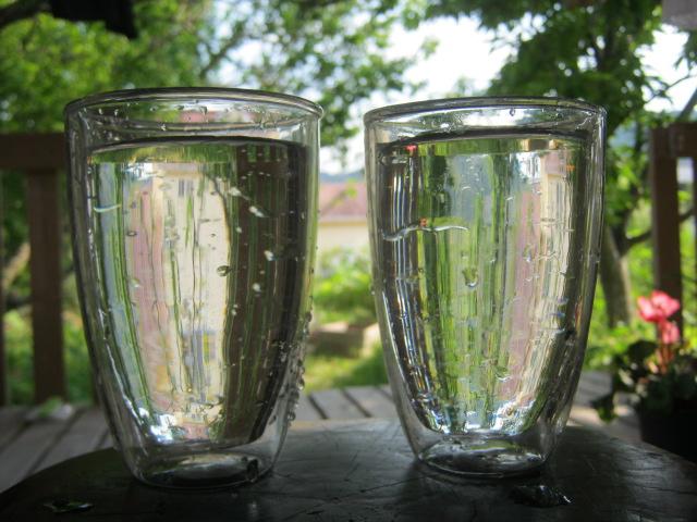 綺麗な井戸水がコップに入っている。