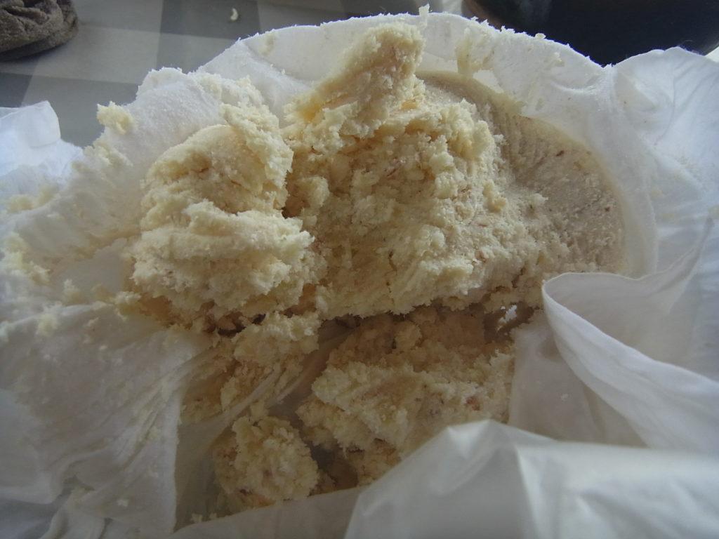 豆乳をさらしで絞る。