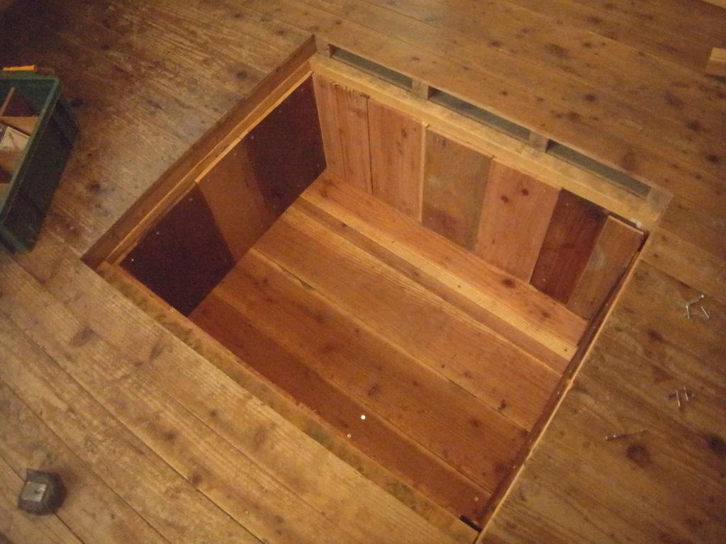 床下収納の床と壁を張る。