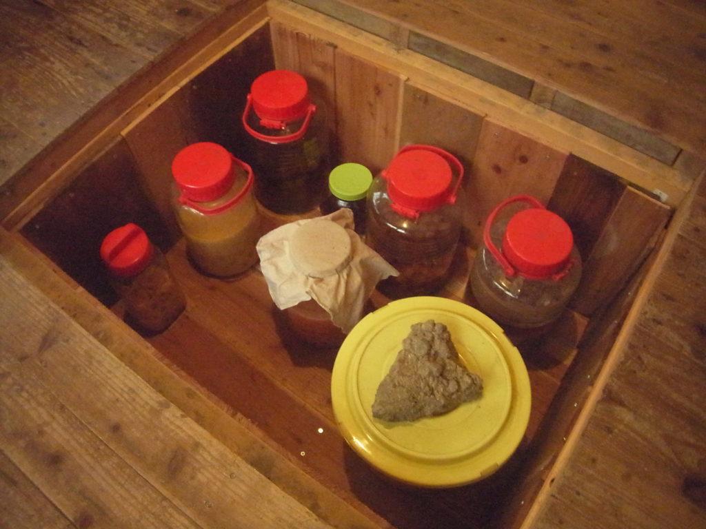 床下収納に手作りの保存食を入れる。