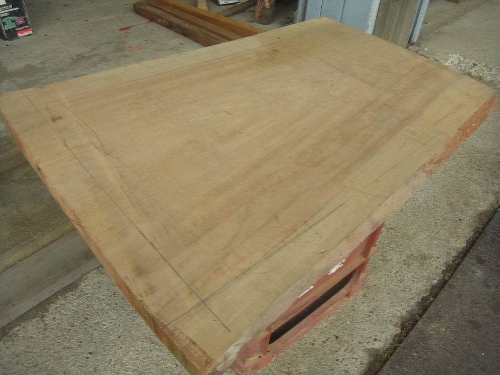 木製の天板を選ぶ。