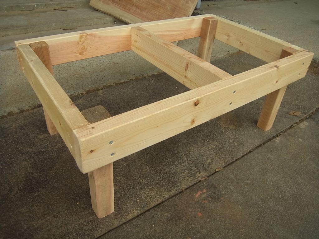机の台や脚を作る。