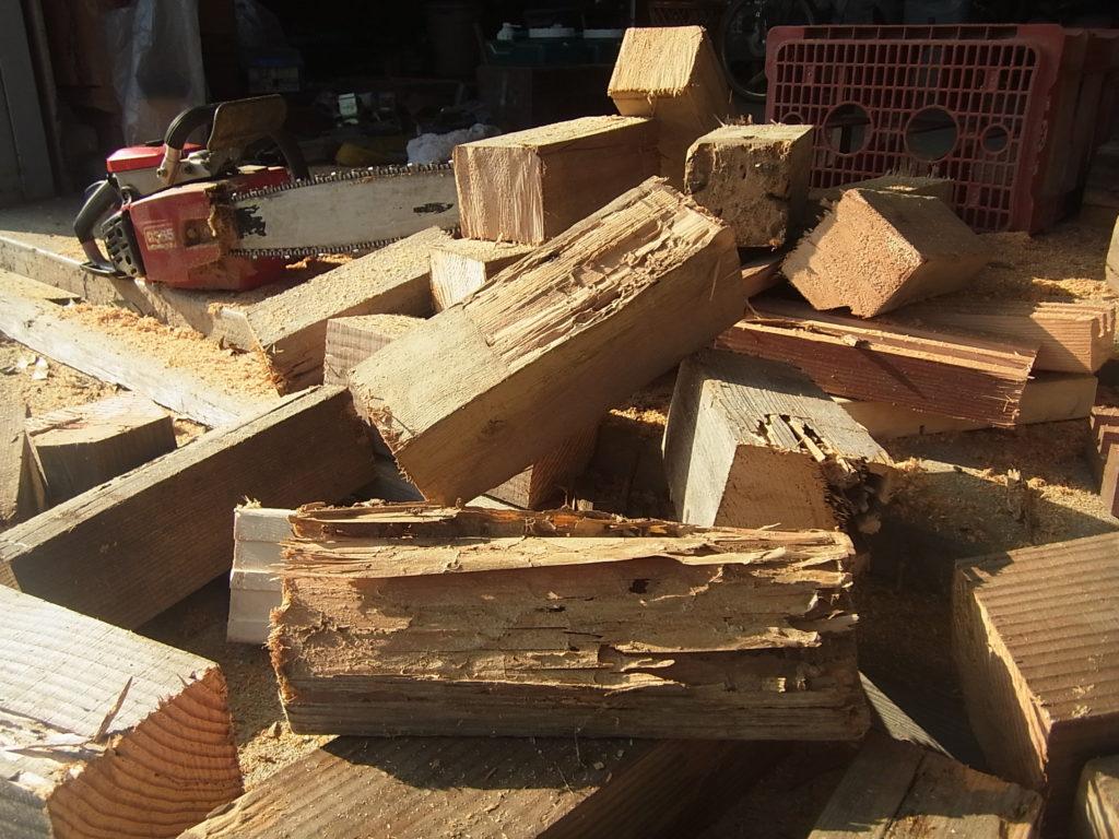 チェーンソーで切った薪。