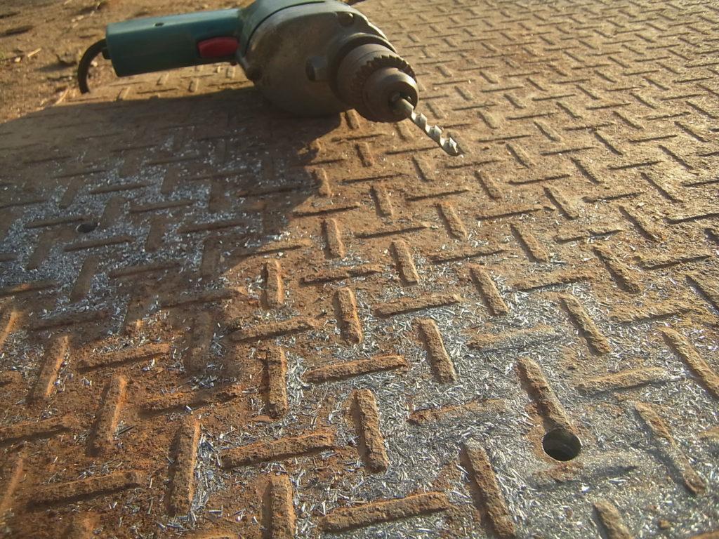 鉄板にドリルで穴を空ける。