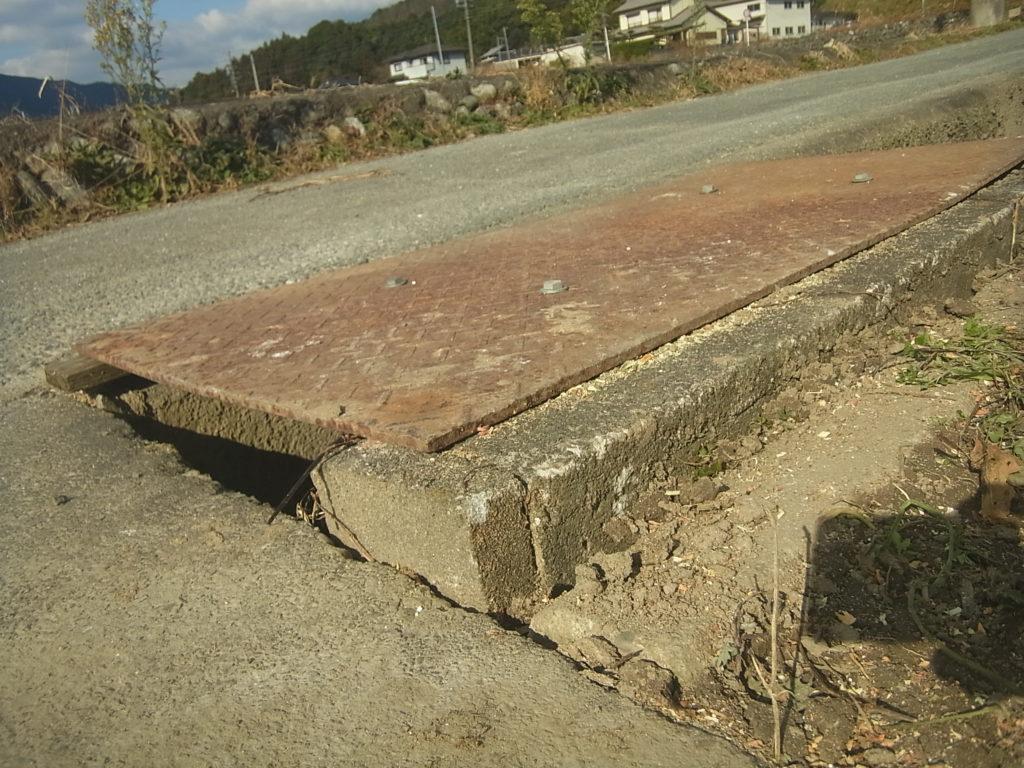 できた鉄板製の側溝の蓋を試し置き。