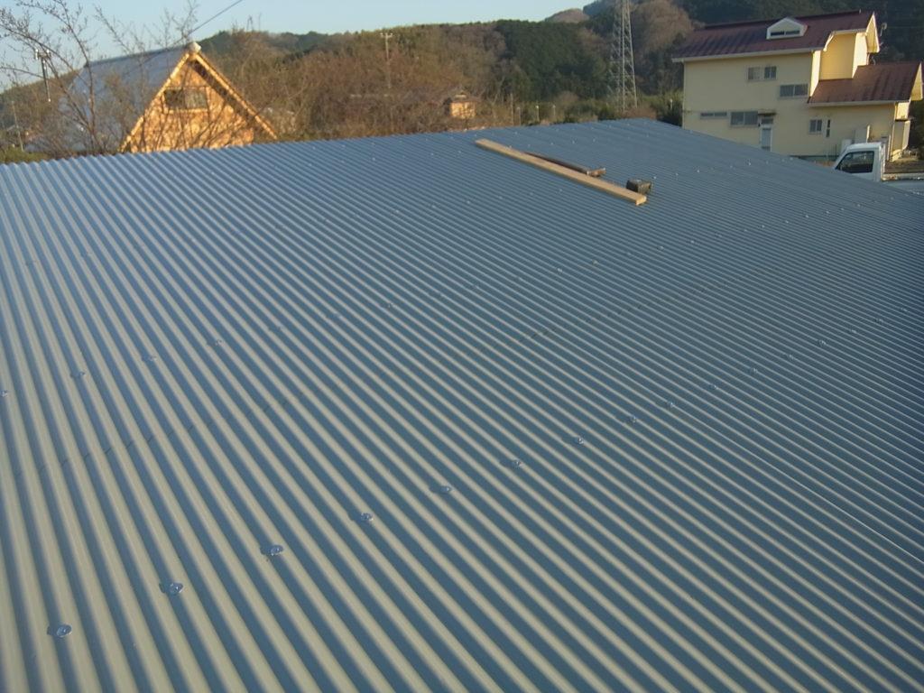 屋根に波トタンを張る。