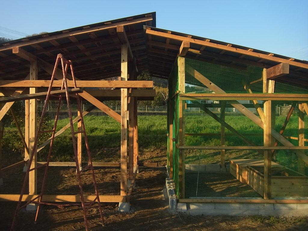 鶏小屋と隣接する餌づくり場。