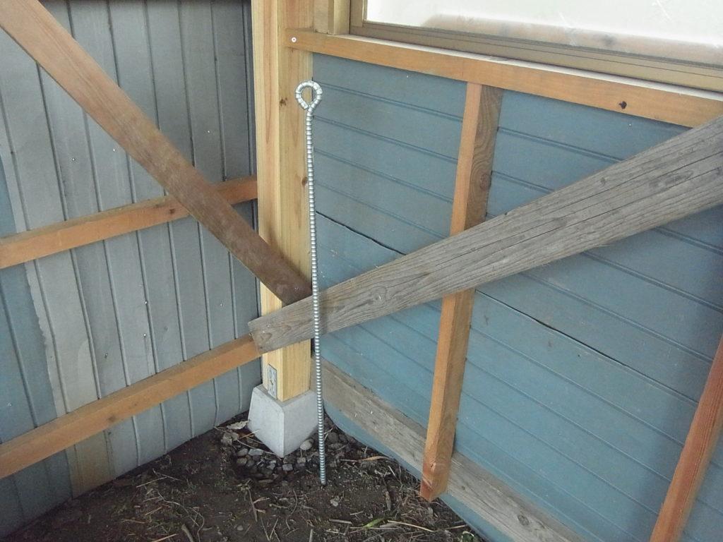 鉄の杭をアンカーとして打つ。