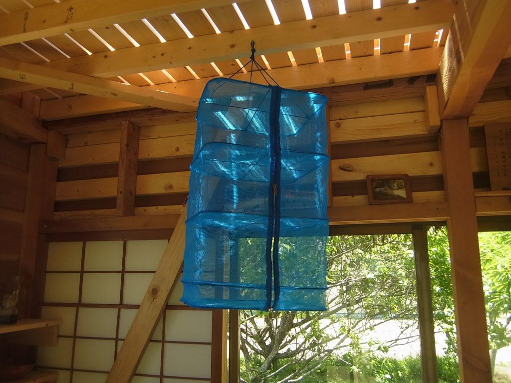 スモールハウスに、干し網がかかっている。