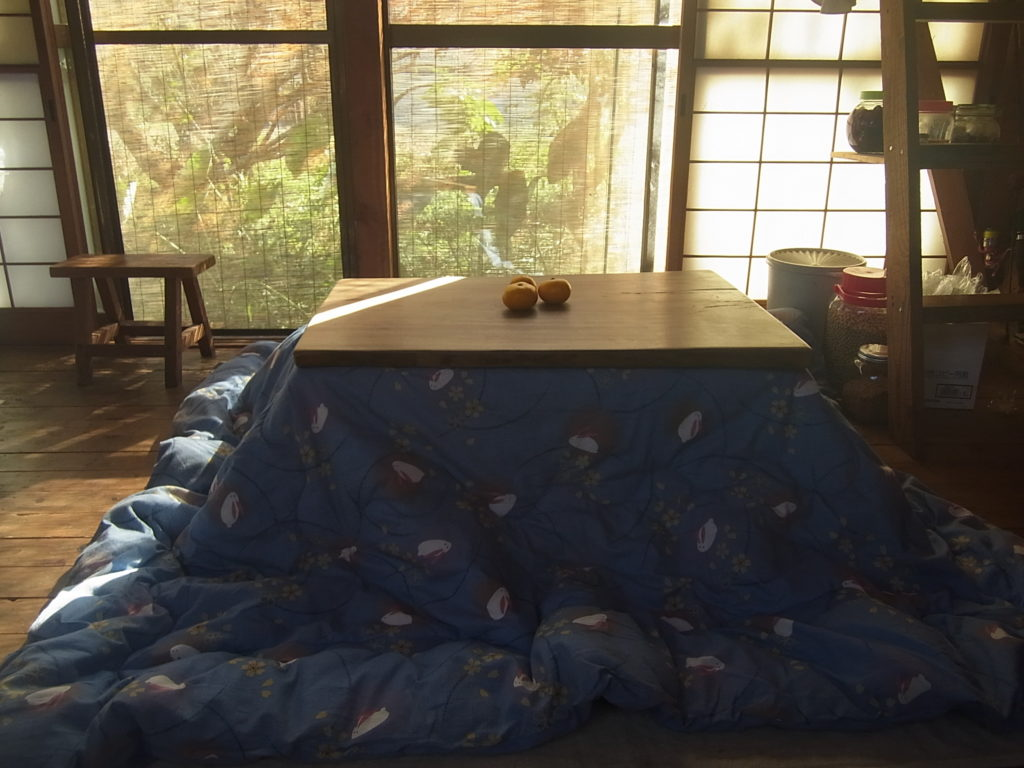 コタツ布団をセット。