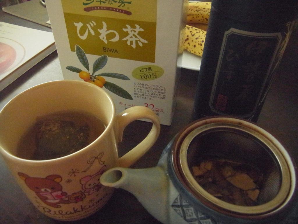市販のびわの葉茶と飲み比べ。
