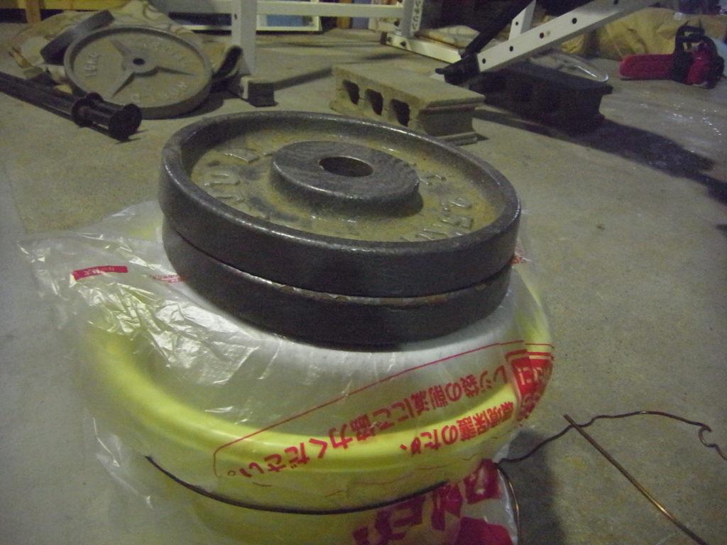 きゅうりの古漬けを仕込んだ樽に重石を乗せる。