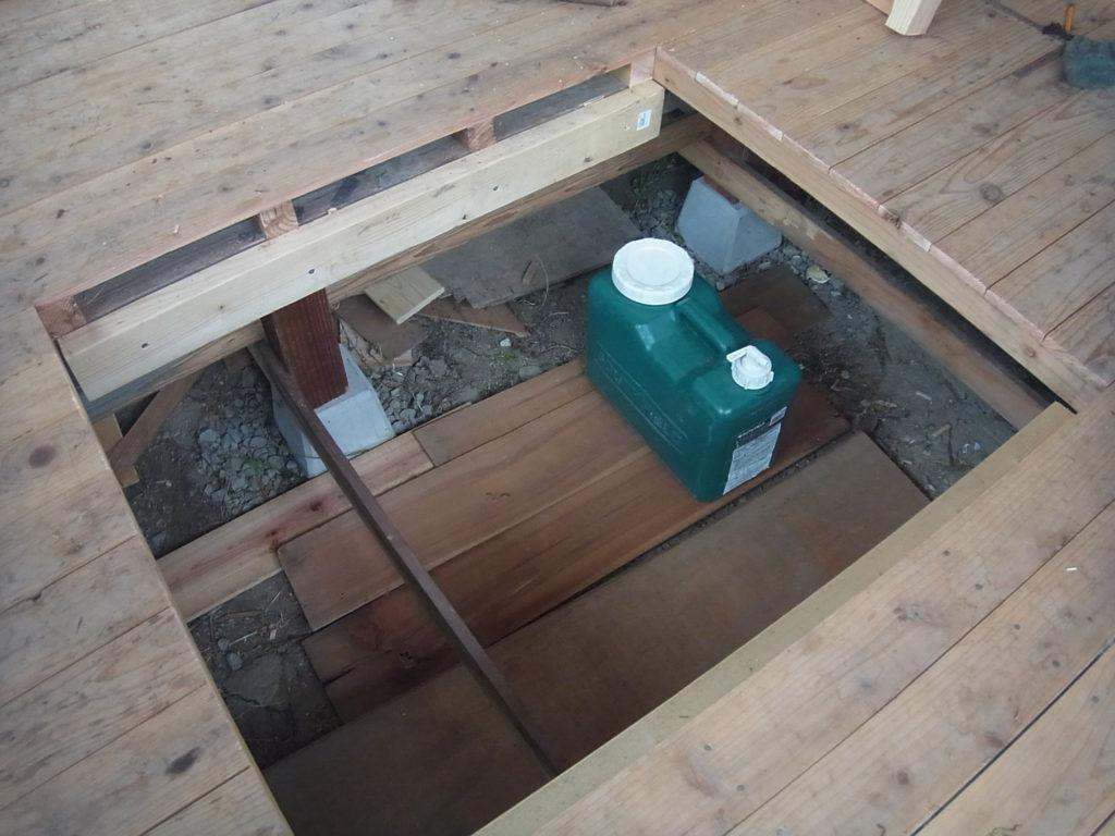 床下収納の蓋の支えを作る。
