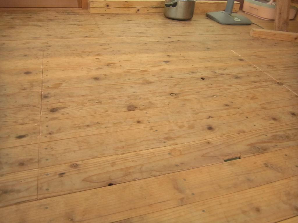 床下収納の蓋を閉める。
